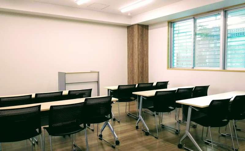 教室型の配置。演台1台、机8台、イス24脚、ホワイトボード利用無料。