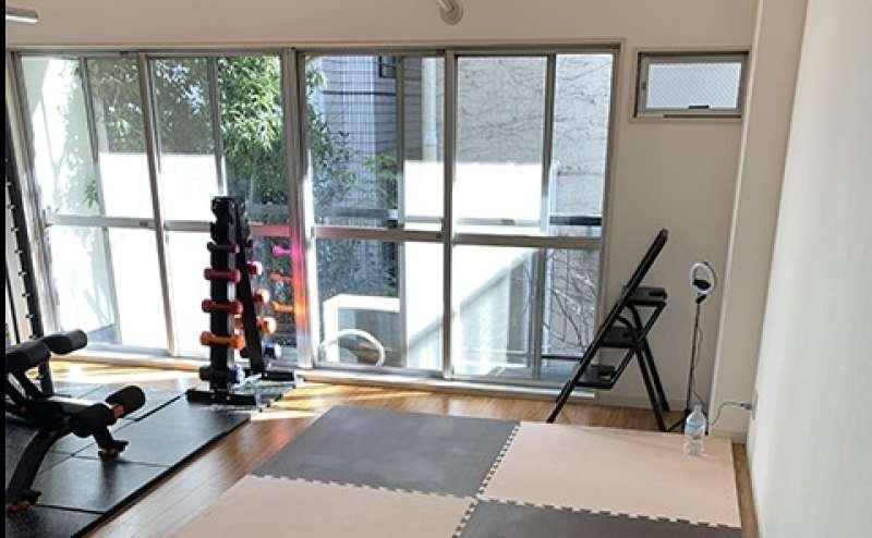 ストレッチスペース。間接照明にこだわった非日常空間でトレーニングできます。窓もある明るく開放的なスペース