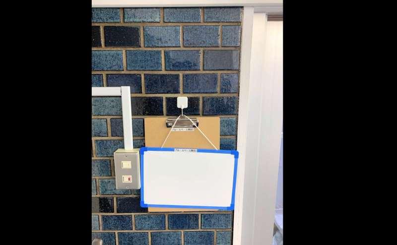 小さいホワイトボードと受付ボードが2つあります。B1Fのドア前にホワイトボードはかけることもできます。