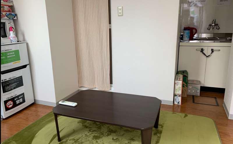 室内には、ミニキッチンや冷蔵庫、電子レンジ、32型の大型TV、DVDプレイヤーが完備されています。