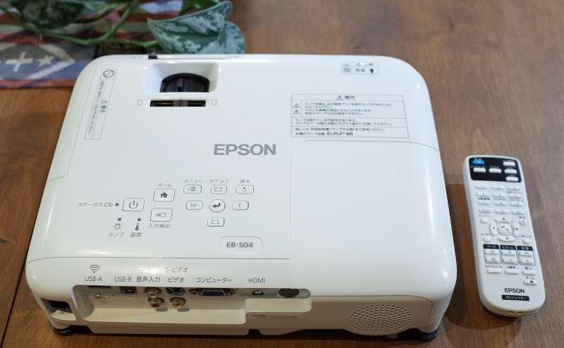 無料貸出のプロジェクターです。白い壁か、ホワイトボードに投影してご利用ください。