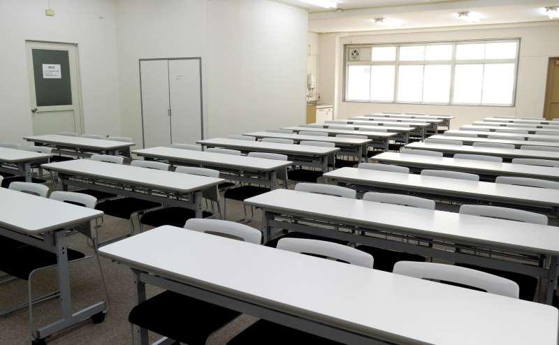 標準36名 最大39名の広々とした会議室 長机21台をご用意