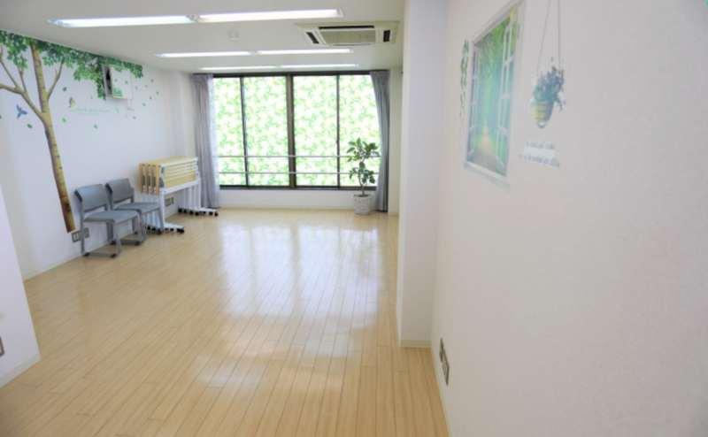 広々とした清潔なスペースです。机と椅子を片付けてヨガやストレッチなどのレッスンに