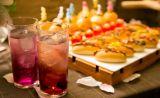 お飲み物とお食事を楽しみながらくつろぎのひとときをお過ごしください