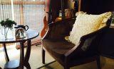 店内にはレトロな家具や装飾の小物、ピアノなどの楽器類が置いてあります。ご自由にお使いください