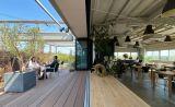 開放感のあるテラス付きのレストランスペースで撮影・会議・研修・ヨガなど多目的に使えます