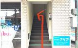 スタジオは2階にございます。階段をご利用ください