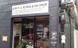 CAFE L'ETOILE DE MER 入口の写真です 黒い建物に白い看板が目印です