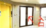 こちらのドアよりお入りください。セルフスタジオとなっております